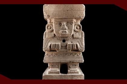 Escultura teotihuacana de un hombre recargado en sus rodillas, con la boca ancha, hecho en piedra.