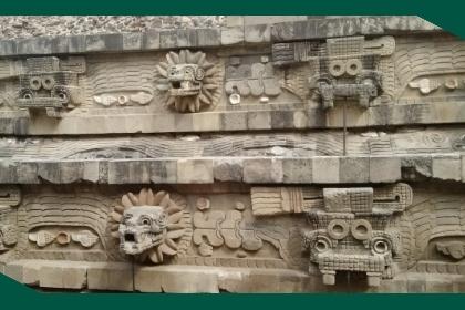 Tallado en piedra de animales y figuras representativas de la Calzada de los Muertos.