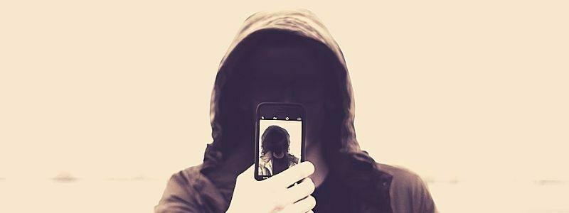 Hombre cambiando el modo de captura de la cámara de su celular