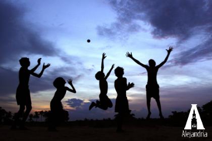 silueta niños jugando