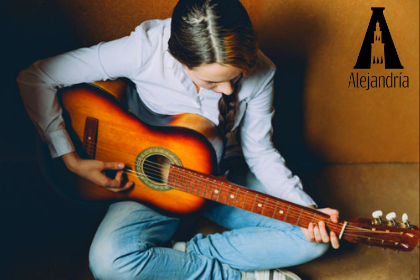 Persona componiendo con la guitarra